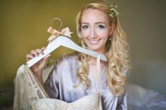 düğün tasarım fikirleri – yazılı gelinlik ve damatlık askılıkları